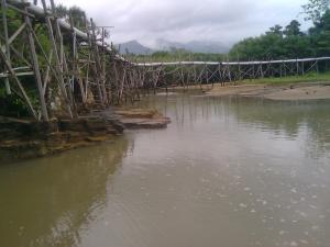 Sedot Air Laut di Pantai Perawan Sidoasri 3